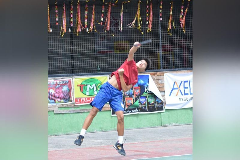 DAVAO. Si Andre Kenny Sing sa Davao City mipakita sa iyang kamangtas human miangkon ug duha ka titulo sa 9th Elias Dacudao Cup Junior Tennis Tournament sa Las Terrazas Subdivision indoor tennis courts sa Maa, Davao City, Dominggo, Disyembre 15. (Hulagway ni Boy Diong)