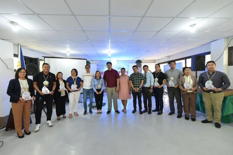 TACLOBAN. Mayor Alfred Romualdez (center), along with Vice Mayor Jerry Yaokasin and City Council members, leads the awarding ceremony of the top taxpayers in Tacloban City on December 18, 2019. (Tim Canes)
