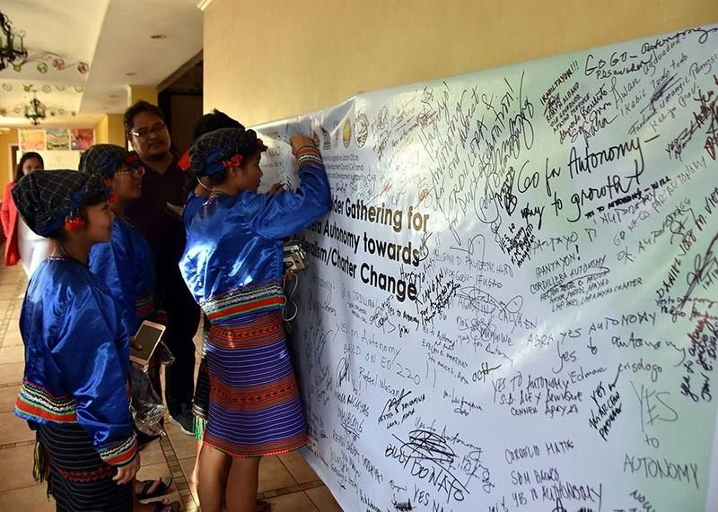 APAYAO. Apayao children write their pieces to show support to the establishment of an Autonomous Region of the Cordillera which is being pursued by leaders in the region. (Photo by Redjie Melvic Cawis)