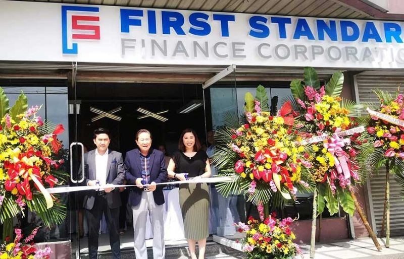 MSME PARTNER. First Standard Finance Corp. opens its 80th branch in Mandaue City at the Sheridan Building, Ouano Avenue, North Reclamation Area. Cutting the ribbon are its top officials (from left) Jefferson Tan, member of the board of directors; Joseph Tan, chairman; and Jacqueline Tan-Sainz, president. (SunStar photo / Allan Cuizon)