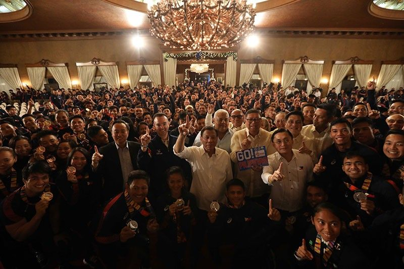 MANILA. President Rodrigo Duterte poses for posterity with the 2019 Southeast Asian Games medalists at the Malacañan Palace on December 18, 2019. (Presidential photo)