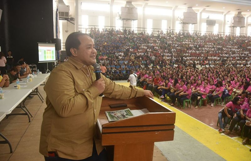 "PAMPANGA. Governor Dennis ""Delta"" Pineda announces that all child development workers (CDWs) will get additional P500 making their monthly subsidy to P2,000 starting next year. (Photo by Jun Jaso)"