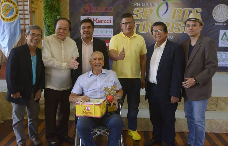 "BACOLOD. Scoop Legendary Sportsman Awardee for Basketball Oscar ""Dodong"" Bascon (center) receives the award from BM Agustin Bascon (3rd from right) and Scoop-Bacolod President Toots Jimenez (2nd from right). Also in photo are (from left) Henceboy Cestina, treasurer; Jerome Galunan Jr., secretary-general; Scoop awardee Vic Tan and James Toga, vice-president. (Scoop-Bacolod Photo)"