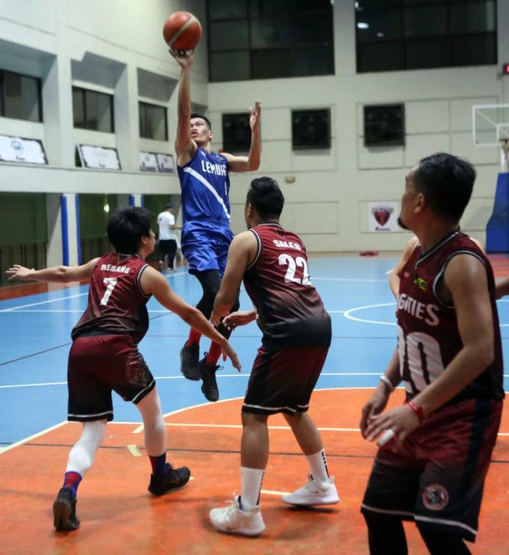 LEADER.  Joey Juntilla (with ball) led the Contact Solutions Lemurs over the Kyocera Frontiers with 16 points, five rebounds and six assists. (CONTRIBUTED FOTO)