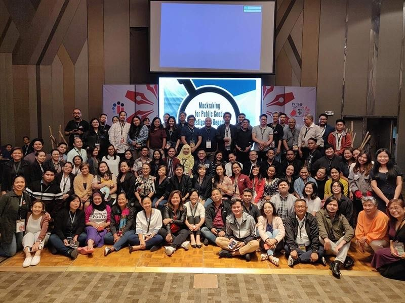 MANILA. The conference fellows capped the Philippine Center for Investigative Journalism (PCIJ) Investigative Journalism Conference with a photo op with PCIJ founding executive director Sheila Coronel, PCIJ executive director Malou Mangahas, and Center for Media Freedom and Responsibility (CMFR) executive director Melinda Quintos-de Jesus. (Contributed by PCIJ)