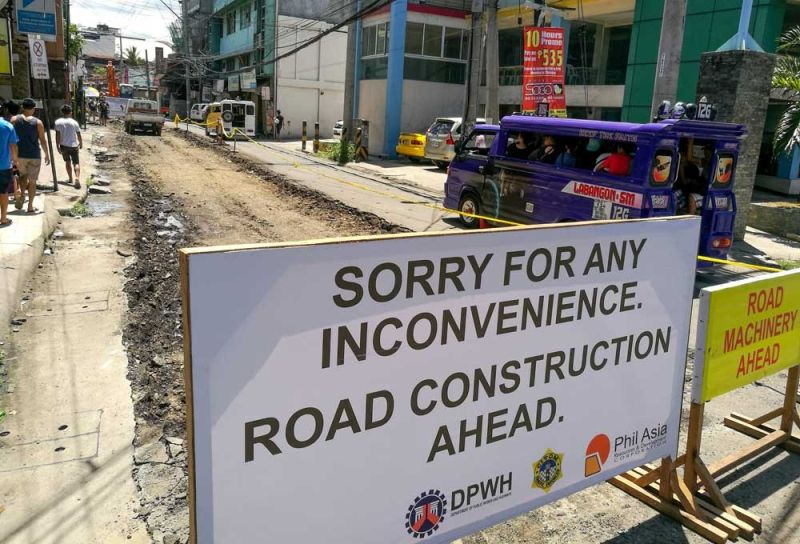 CAUSE OF TRAFFIC. If Cebu City Councilor Nestor Archival's proposed measure is passed and implemented, roadworks on streets in the city will have to stop during rush hour, or between 6 a.m. and 10 a.m. and 4 p.m. and 8 p.m. The official says these projects disrupt traffic and contribute to road congestion.  (SUNSTAR FILE)