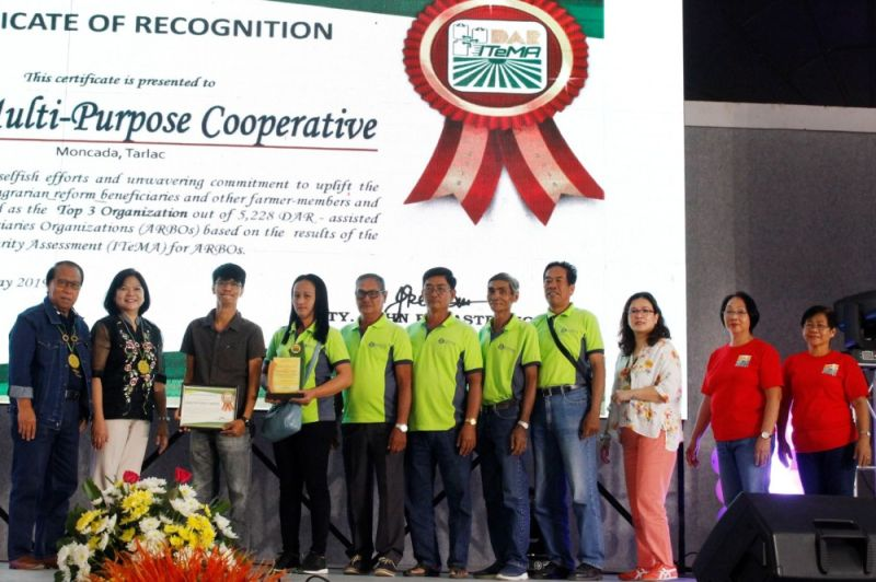 SAN FERNANDO. Agrarian Reform Undersecretary for Support Services Emily O. Padilla (2nd from left) and Tarlac Vice Governor Carlito S. David (left) leads the awarding of recognition to Sapang Multipurpose Cooperative of Moncada for placing third out of 5,228 Agrarian Reform Beneficiaries Organizations nationwide. (Photo by Gabriela Liana S. Barela via PIA-Central Luzon)