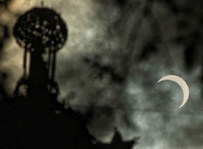 CEBU. Annular solar eclipse at Fuenta Osmeña Circle, Cebu City. (Photo by Alex Badayos)