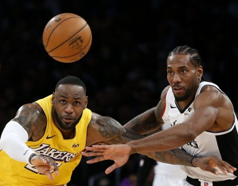 RIVALRY. Ang panagribal sulod sa korte tali ni LeBron James, wala, sa Los Angeles ug Kawhi Leonard sa Los Angeles Clippers maoy usa sa mga atraksiyon sa ilang duwa atol sa adlaw sa Pasko kagahapon diin ang Clippers maoy mipatugbabaw, 111-106. (AP)