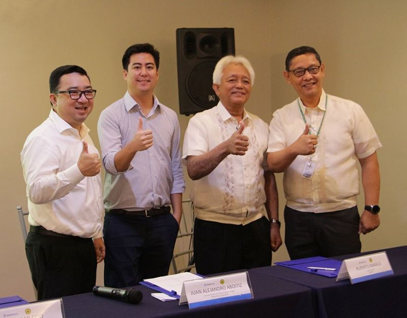 PAMPANGA. (L-R) Representatives of AboitizPower Alexander Coo (AP Renewables, Inc. President and Chief Operating Officer) and Juan Alejandro Aboitiz (AboitizPower First Vice President for Energy Trading and Sales), together with representatives of Batangas II Electric Cooperative, Inc. Ruperto Manalo (Board President) and Octavious Mendoza (General Manager) do the Cleanergy sign after sealing their partnership for a 3-MW clean and renewable energy supply on December 18, 2019 at Lima Park Hotel, Malvar, Batangas. (Contributed photo)