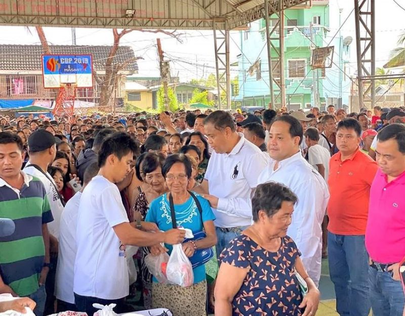 "PAMPANGA. Governor Dennis ""Delta"" Pineda played Santa Claus as he distributed gift packs to Masantoleños recently. Joining him are Masantol Mayor Danilo Guintu and Apalit Mayor Oscar Tetangco, Jr. (Contributed photo)"