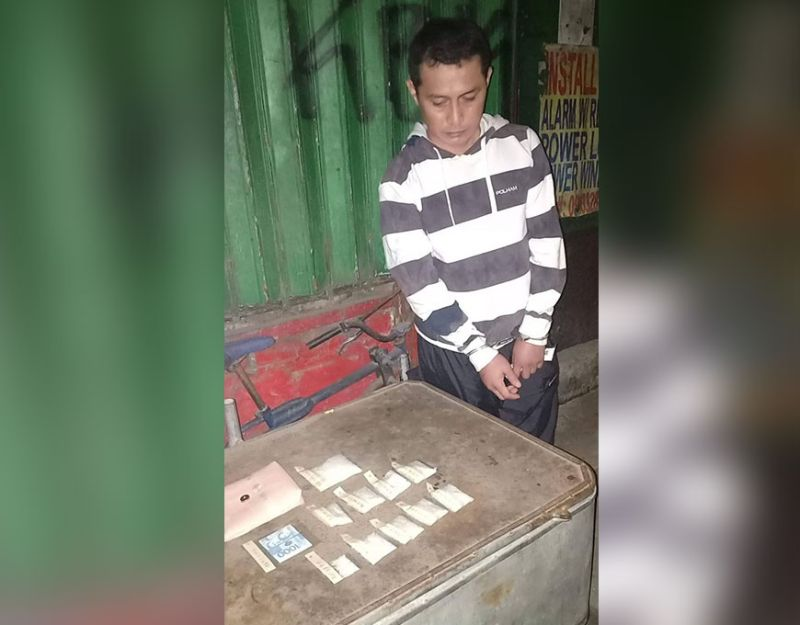 CAUGHT. Operatives of the Mambaling Police Station arrested Rod Warren Maraon, 37, a resident of C. Padilla St. in Barangay Duljo-Fatima, after he was caught selling illegal drugs on Christmas Eve, Dec. 24, 2019, in his house. Police recovered more than P2 million worth of illegal drugs from Maraon. (Sunstar Photo / Benjie B. Talisic)