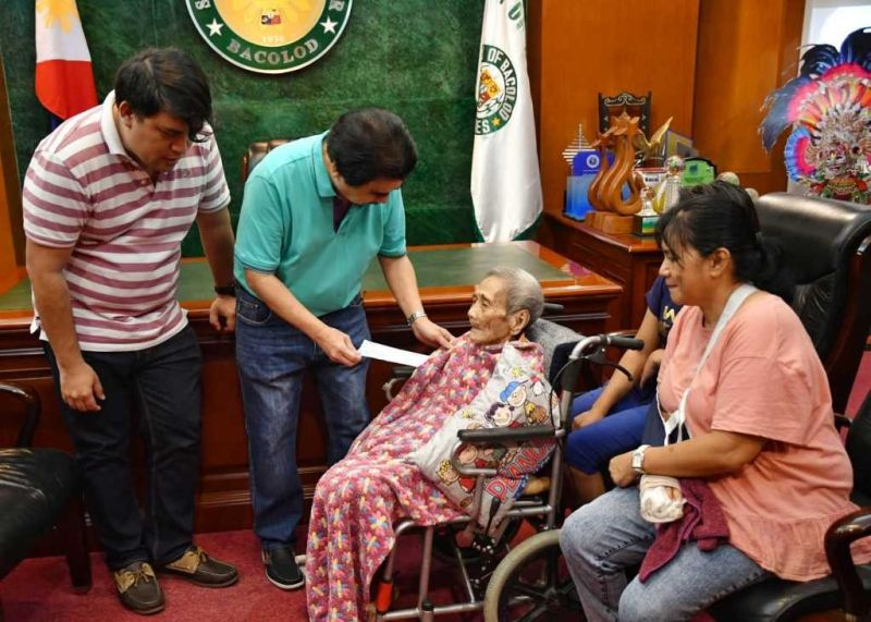 BACOLOD CITY. In time for the Christmas season, Sabina Cerbo, a resident of Charito Heights in Barangay Granada who turned 105 years old last November 5, 2019 receives a cash incentive from the City Government on Thursday, December 26, handed by Mayor Evelio Leonardia and assisted by Councilor Israel Salanga, at the Bacolod City Government Center. Cerbo was accompanied by her niece, Joy Cruz, and Joy's children. Bacoleño centenarians — those who have reached the age of 100 and above — are entitled to receive P100,000 cash from the City Government as mandated by City Ordinance No. 09-16-789. (Contributed photo)