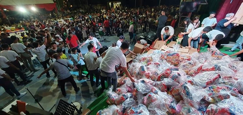 """PAMPANGA. Some 450 indigent kids received Christmas goodies from the Fiona United Methodist Church through the efforts of Dr. Irineo """"Bong"""" Alvaro Jr., Jef Del Mundo, Bel Rivera and officers and employees of Midori Hotel during the 4th Sunday of Advent at Fionas Farm, Magalang, Pampanga. (Chris Navarro)"""