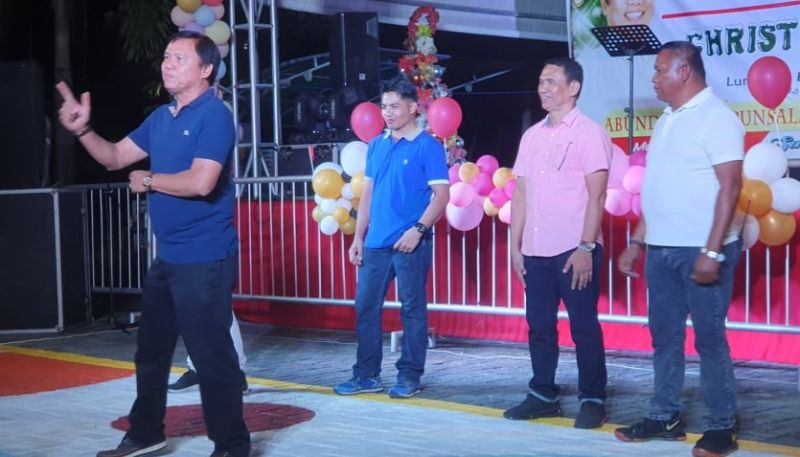 "SAN SIMON. San Simon Mayor Jun Punsalan dances to the tune of ""Hagibis"" during Thursday's LGU yearend annual assessment and Christmas party. Joining him are PNP officers and local government unit employees. (Photo by Chris Navarro)"