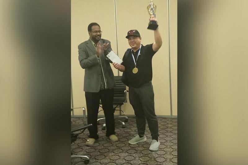 SAUDI ARABIA. Si National master (NM) Elwin Herbias Retanal miisa sa iyang champion's trophy human nanguna sa 2nd Resident Riyadh Rapid Chess Tournament sa Mena Hotel Olaya, Riyadh, Kingdom of Saudi Arabia. (Pinaambit nga hulagway)