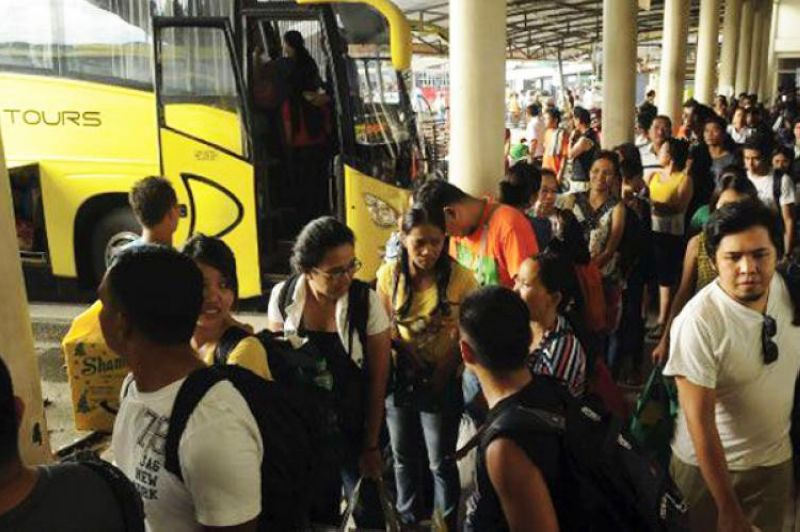 QUEUING IS LIFE. How can the Cebu South Bus Terminal and the Cebu North Bus Terminal be transformed into gateways anticipated by those traveling to the south and north of Cebu? (File Foto)