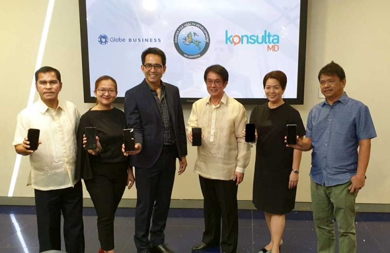 MGA OPISYAL: Ang mga opisyal (gikan sa wala) Municipality of Lobo Mayor Gaudioso Manalo, Globe Business Vice President for Sales Meanne Quiambao, Globe Business Senior Vice President Peter Maquera, DOH IV-A Regional Director Eduardo Janairo, Global Telehealth Inc. Chief Executive Officer Maridol Ylanan, ug Municipality of Jomalig Mayor Rodel Espiritu. (Tampo)