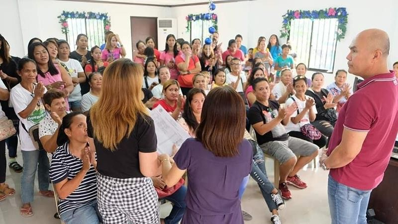 """PAMPANGA. Mayor Cris Garbo explains to beneficiaries the local version of the Pantawid Pamilyang Pilipino Program or 4Ps dubbed """"Pagkain sa Hapag Kainan."""" (Photo courtesy of the Mabalacat Information Office)"""