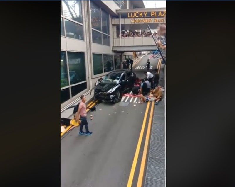 SINGAPORE.  Two women were killed and four others injured in a car crash next to a mall.  (Photo grab from video of Agosto Y Bente Nuwebe Facebook page.)