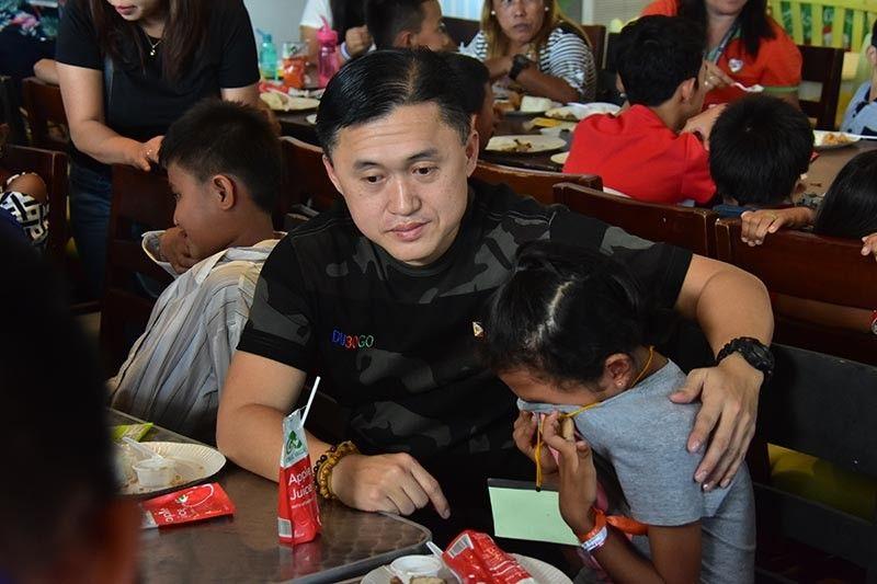 DAVAO DEL SUR. Wala napugngan sa usa ka bata nga taga Magsaysay, Davao del Sur ang paghilak human iyang gisaysay kang Senador Christopher Lawrence