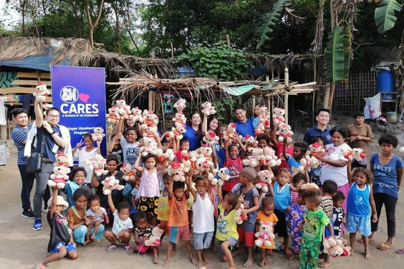 PORAC. SM City Clark officials led by mall manager Jerwin Jalandoni distribute Bears of Joy to Aeta families in Barangay Diaz in Porac town. (Contributed photo)