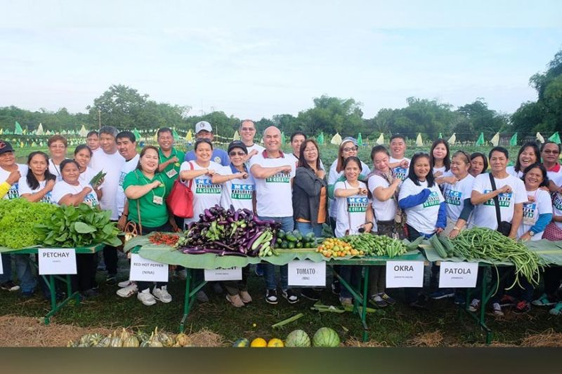 MABALACAT CITY. Mabalacat City Mayor Crisostomo Garbo joins other city and barangay officials in harvesting fruits and vegetables from the local gulayan in Barangay Sapang Biabas. (Contributed photo)