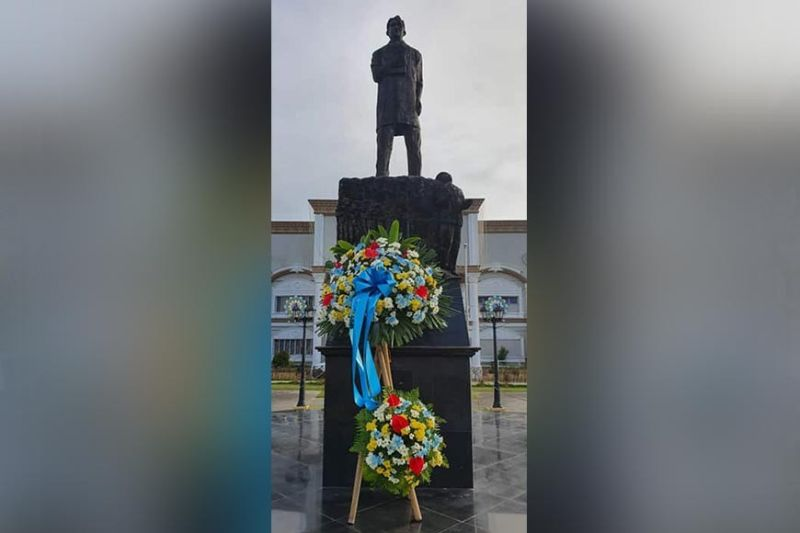 SAN FERNANDO. The statue of National Hero Dr. Jose P. Rizal stands proudly at the Heroes Park in the City of San Fernando, Pampanga as the nation commemorated the 123rd death anniversary of the national hero. (Photo by Chris Navarro)