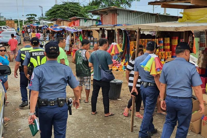 ILLEGAL SALE: Policemen from the Regional Civil Security Unit, led by its assistant chief, PMaj Gregorio Nitura, raid the Cebu Firecrackers Market in the South Road Properties, the only designated firecracker selling area in Cebu City. They closed stalls found selling prohibited firecrackers. (SunStar photo / Arni Aclao)