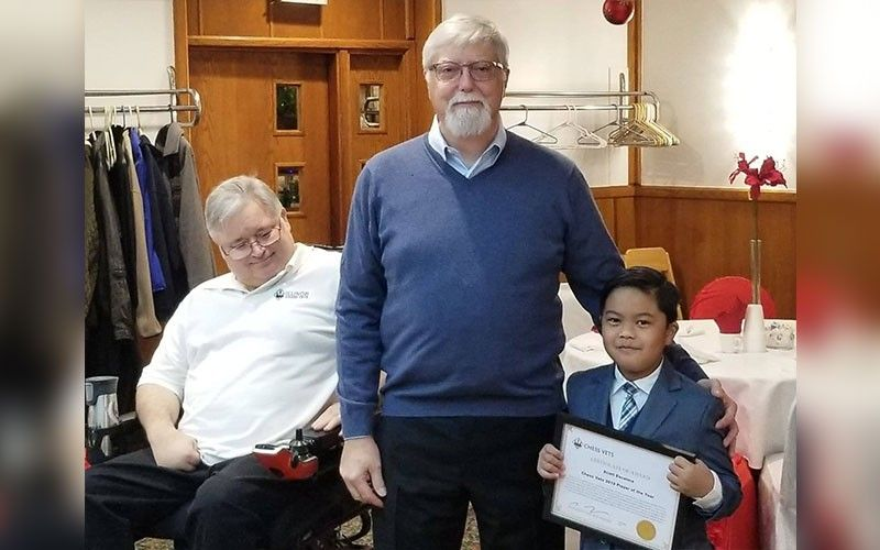 ILLINOIS, CHICAGO. Filipino-American boy Scott Matthew Escalera (right) receives the Player of the Year award in the 4th Chess Vets Christmas Party and Awards on December 21, 2019 in Illinois, Chicago. Michael Lenox (middle), President of Chess Vets, handed over the award. (Contributed photo)