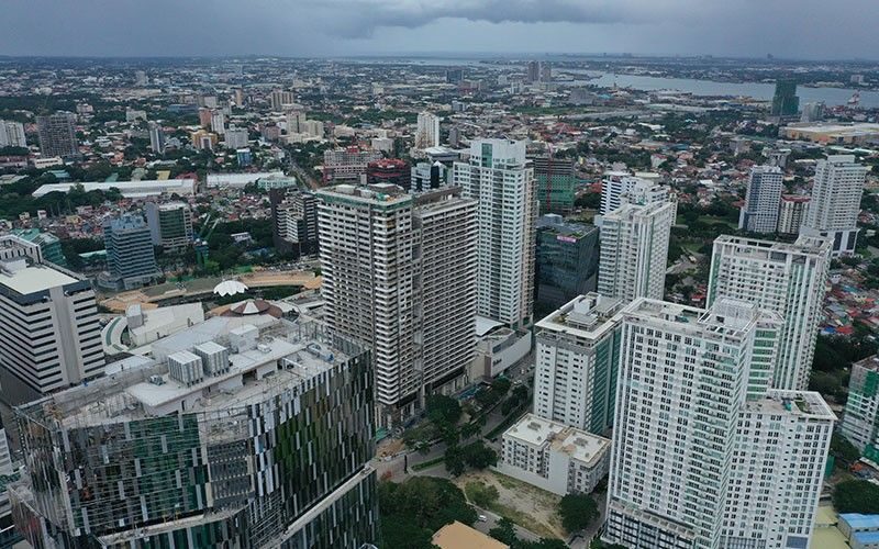 BOOM. An aerial view of Cebu City (foreground, Cebu Business Park) and Mandaue City shows the building frenzy in Metro Cebu. Real estate and tourism will drive Cebu's economic growth in 2020, but big risks weighing on Cebu's economic boom are traffic congestion and aging infrastructure. (SunStar photo / Allan  Cuizon)