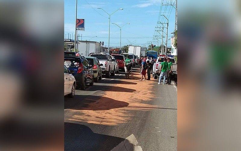 DANGOG: Daling gibutangan sa mga sakop sa City of Talisay Traffic Operations and Development Authority (CT-TODA) kining bahin sa Cebu South Coastal Road nga dunay mga nagmotorsiklo nga naaksidente tungod sa oil leak (sunod nga hulagway). (Tampo sa CT-TODA)