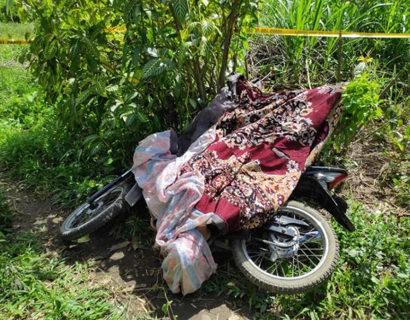NEGROS. Man shot dead in front of his house in Sitio Nato, Barangay Caliban, Murcia on January 2. (Contributed photos)