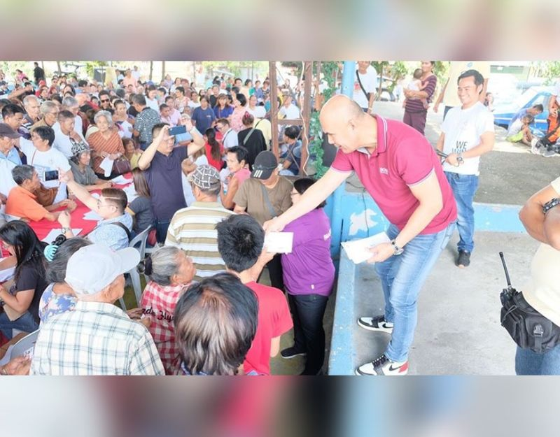 MABALACAT CITY. Mayor Crisostomo Garbo distributes pension to hundreds of indigent senior citizens in Barangay Mabiga before the New Year's Day. (Contributed photo)