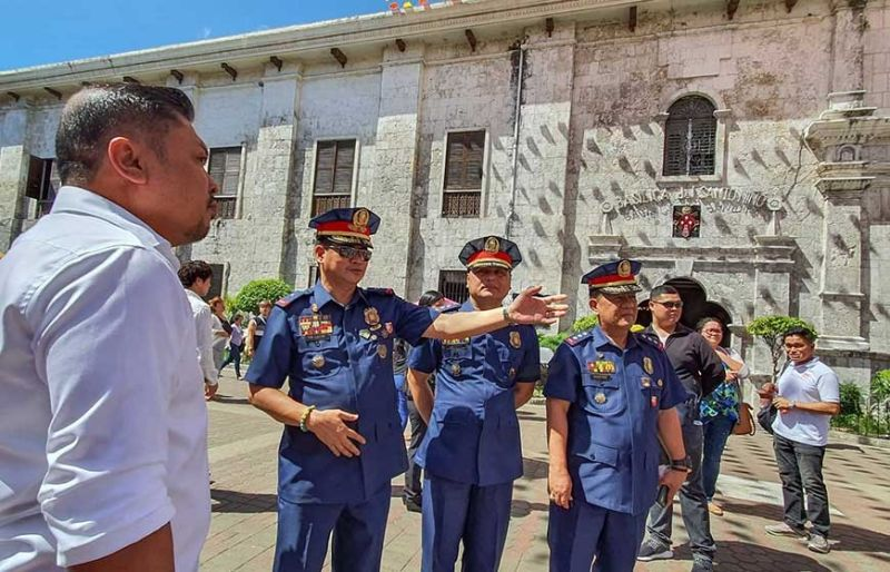 SEGURIDAD: Mga opisyal sa kapulisan pinangulohan ni Police Regional Office (PRO) 7 Director  Police Brigadier General Valeriano De Leon (ikaduha gikan sa wala) ug Cebu City Council peace and order committee chairman Councilor Phillip Zafra (wala) nagtuki kalabot sa traffic flow sa mga deboto sulod sa Basilica del Santo Niño karong Sinulog 2020. (Arni Aclao)