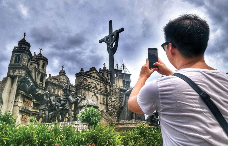 PROGRESS: A local tourist takes a photo of the Heritage of Cebu Monumental Sculptural Tableau in Barangay Pari-an, Cebu City. According to Euromonitor International, Cebu landed on the 77th spot in its 2019 Top 100 City Destinations Report. (SunStar file photo)
