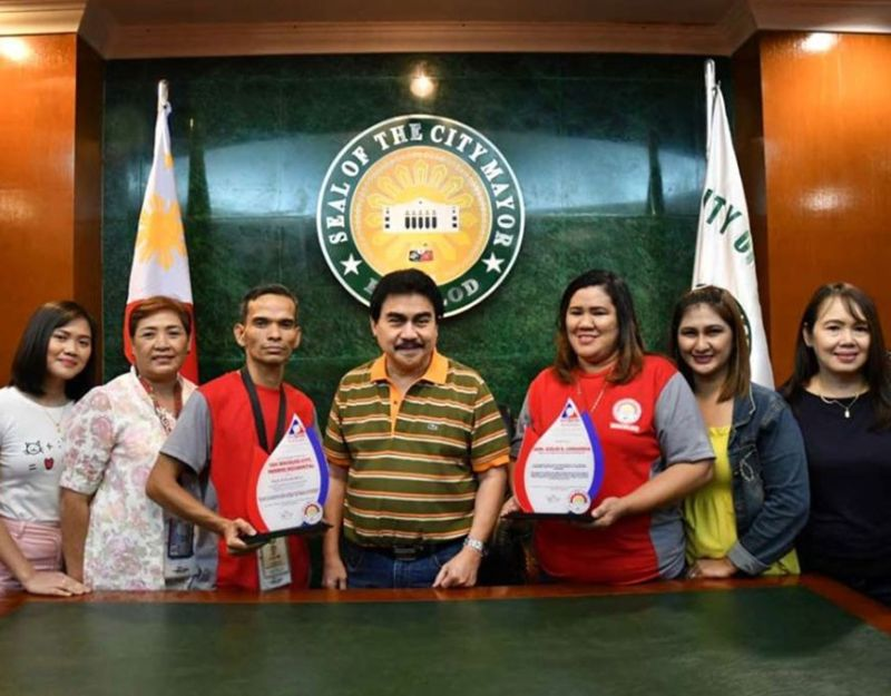 BACOLOD. Peso Bacolod officer-in-charge Ma. Rebecca Balicas (3rd from right), accompanied by her staff, presents the award of Bacolod City as the regional grand winner for Best PESO Employment Information System (PEIS) Implementer–Highly Urbanized City category to Mayor Evelio Leonardia (4th from left) at the Bacolod City Government Center recently. (Contributed photo)