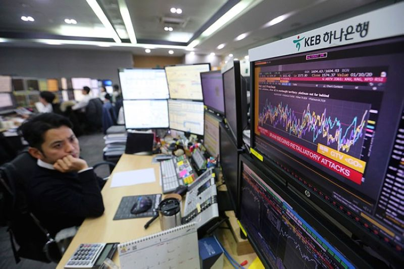 KOREA. A currency trader watches monitors at the foreign exchange dealing room of the KEB Hana Bank headquarters in Seoul, South Korea, Wednesday, January 8, 2020. (AP)