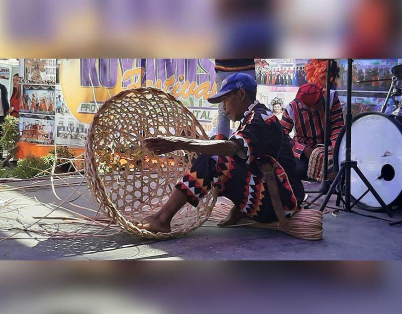 CAGAYAN DE ORO. Nagpakita sa iyang kahanas kining usa ka sakop sa Indigenous Peoples Community paghimo og bukag atol sa Basket Making Contest sa ikatulong adlaw sa 7th Kuyamis Festival sa hawanan sa Kapitolyo. (Steph V. Berganio)