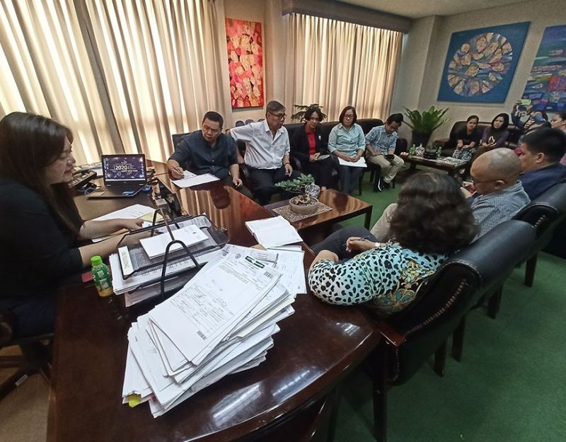 ILOILO. Emergency meeting at the Iloilo Provincial Capitol with officer-in-charge and Vice Governor Christine Garin, Provincial Administrator Suzette Mamon, Board Member Rolando Distura, and representatives of concerned government agencies. (Leo Solinap)