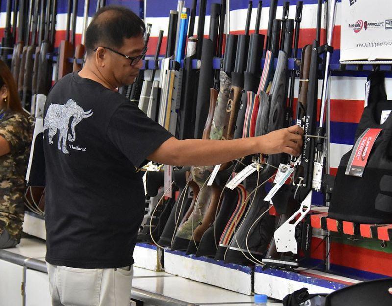 DAVAO CITY. Gidid-an na sa Philippine National Police (PNP) ang pagbitbit og mga pusil gawas sa mga panimalay kun permits to carry firearms outside residence (PTCFOR) sa tibuok Davao City ubos sa memorandum nga gipagawas sa Camp Crame gikan Enero 1, 2020 hangtud Disyembre 31, 2020. Giawhag ang mga nanag-iya sa og pusil nga mo-aplay og permit to transport kung moapil og mga shooting competition. (Macky Lim)