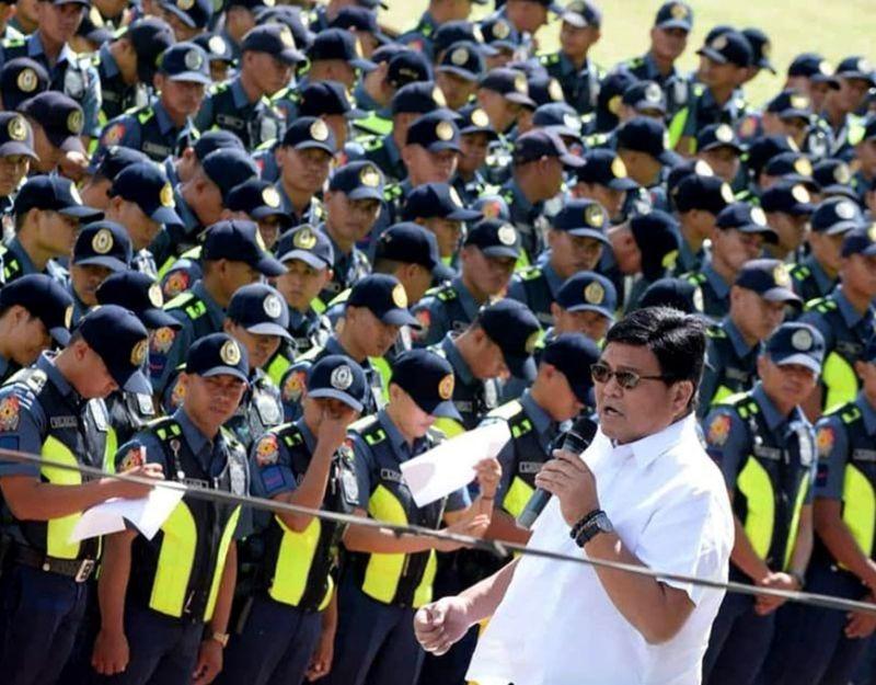 SEGURIDAD: Si Cebu City Mayor Edgardo Labella namulong atubangan sa 1,600 ka mga pulis nga mobantay sa mga kalihukan sa Sinulog 2020 atol sa sendoff ceremony nga gipahigayon sa Cebu City Sports Center (CCSC). Tungod kay way hulga sa seguridad sa Sinulog, di ipapawong ang mga cell site. Estorya sa pahina 2. (Tampo Sa Cebu City PIO)