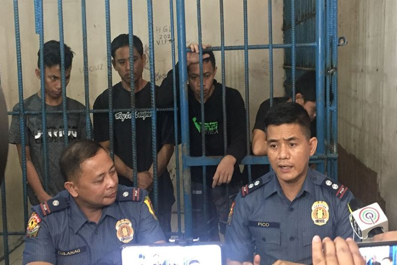 BACOLOD. Police Lieutenant Colonel Ariel Pico, spokesperson of Bacolod City Police Office, along with Major Ruel Culanag, chief of Police Station 3, present the four escapees who voluntarily surrendered after they bolted from custodial facility of Police Station 3 in Bacolod City Monday. (Photo by Merlinda A. Pedrosa)