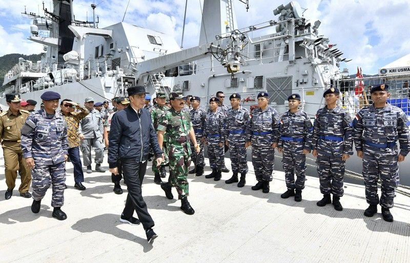 INDONESIA. In this photo released by the Indonesian Presidential Office, Indonesian President Joko Widodo (center) inspect troops during his visit at Indonesian Navy ship KRI Usman Harun at Selat Lampa Port, Natuna Islands, Indonesia, Wednesday, January 8, 2020. Indonesian President Joko Widodo on Wednesday visited the Natuna islands that overlap with China's expansive claim to the South China Sea amid heightened tensions over the waters after Beijing recently claimed it was their traditional fishing area. (AP)