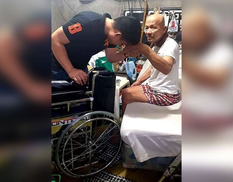 PAMPANGA. Angeles City Councilor  oseph Ponce awards a wheelchair to an elderly constituent from Barangay Pulung Maragul in Angeles City as part of his PG Project Wheelchair program. Ponce is giving free wheelchairs to indigent senior citizens and PWDs. (Chris Navarro)