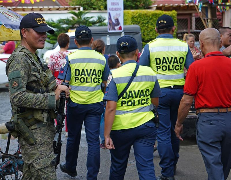 DAVAO. Gibantayan sa usa ka sakop sa Task Force Davao ang palibot sa Black Nazarene Chapel sa New Lanzona Village sa Matina, Davao City samtang mga pulis nihimo og pagpatrolya kon diin gatusan ka mga tawo nagtapok sa piyesta sa Nazareno kagahapon. (Macky Lim)