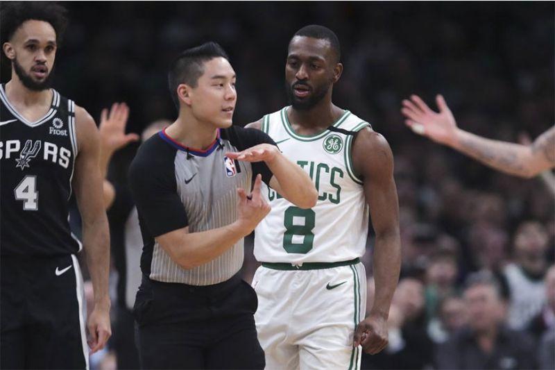 BIG T. Si Boston Celtics guard Kemba Walker (8) nga igo na lang sa pagtan-aw ni referee Evan Scott nga mipahamtang kaniya og technical foul atol sa third quarter sa ilang duwa kagahapon sa NBA.  (AP)