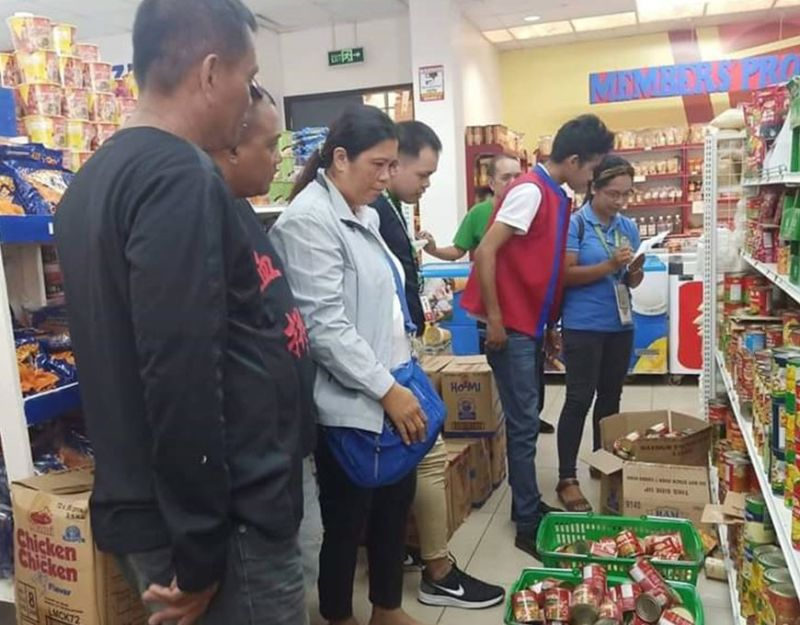 NEGROS. Members of the Provincial ASF Task Force instruct personnel of a commercial establishment in La Castellana to pull out canned goods sourced from ASF-affected areas during their inspection on Wednesday, January 8, 2020. (Contributed photo)