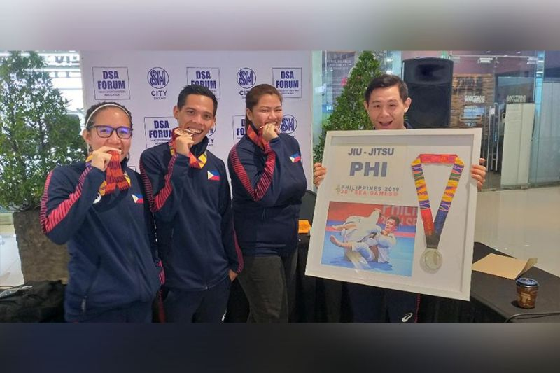 DAVAO. Davao City's 30th Southeast Asian (SEA) Games 2019 medalists, from left, obstacle racing course mixed relay team gold medalist Kylmille Keilah Rodriguez, men's 5,000-meter run bronze medalist Sonny Wagdos, women's kurash bronze medalist Sydney Tancontian and men's jiu jitsu silver medalist Marc Alexander Lim pose with their medals after guesting in the Davao Sportswriters Association (DSA) Forum at The Annex of SM City Davao Thursday, January 9. (Marianne L. Saberon-Abalayan)