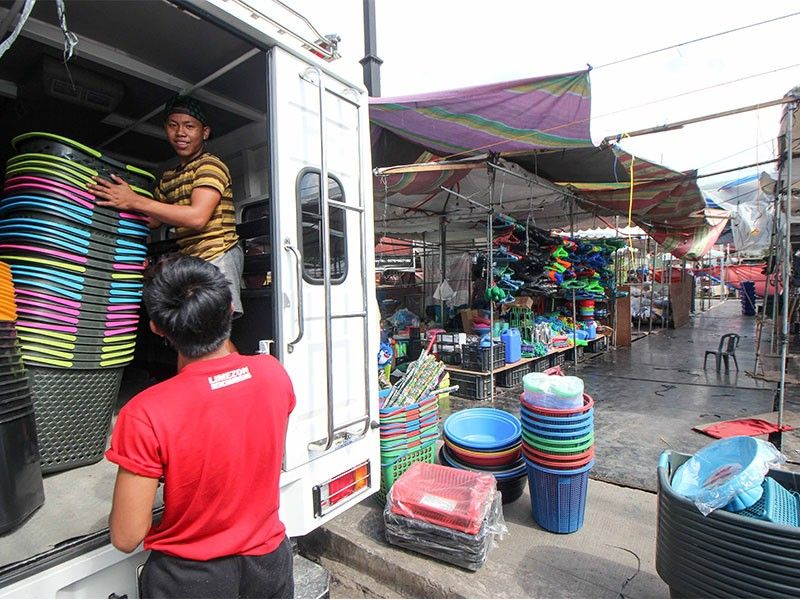 BAGUIO. Vendors at the makeshift trade fair along Km. 5 in La Trinidad, Benguet pull out their wares following a closure order from the municipal government. (Photo by Jean Nicole Cortes)
